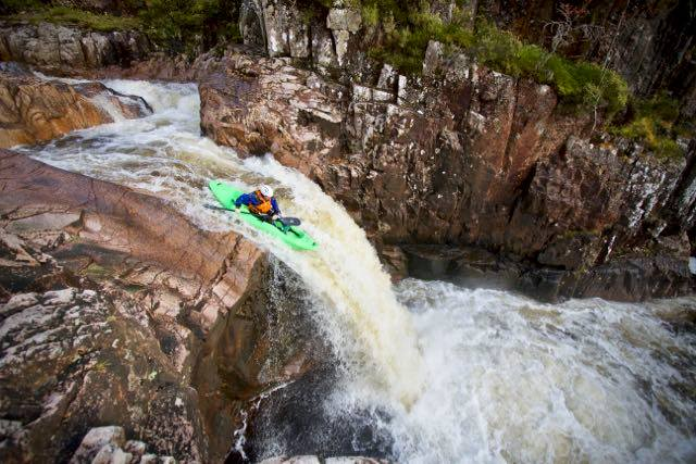 Rock dropping – sit on kayak white water hopping 4